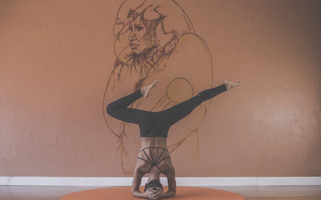 Vybavení na jógu, které by vám nemělo chybět